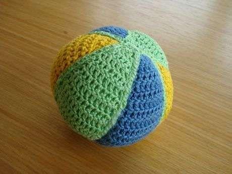 Mavi yeşil örgü oyuncak top modeli