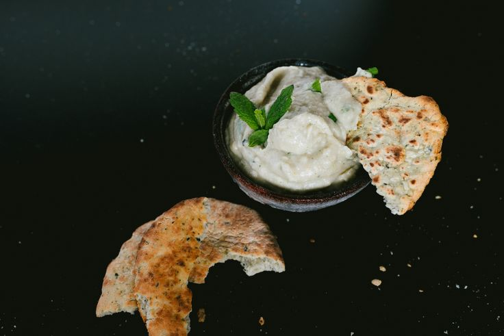 Als starter van het diner: witte bonendip met geroosterde knoflook en verse munt