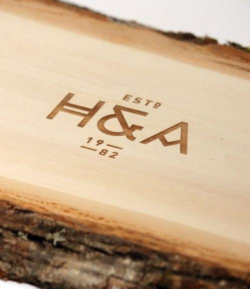 pyrogravure des initiales sur bois pour mariage... J'adore.