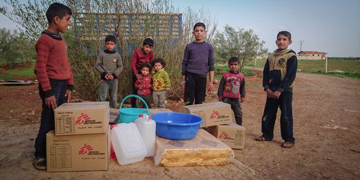 Desplazadas por la guerra, las familias tienen dificultades para hallar refugio en el sur de Siria | En las últimas semanas, 30,000 desplazados llegaron a Dara'a, en Siria, huyendo de los enfrentamientos. MSF respondió a esta crisis con una distribución de emergencia de 893 kits de artículos de primera necesidad.    Uno de nuestros compañeros que ayudó a organizar la distribución nos habla sobre la situación y los desafíos que miles de sirios todavía enfrentan en la lucha por sobrevivir.
