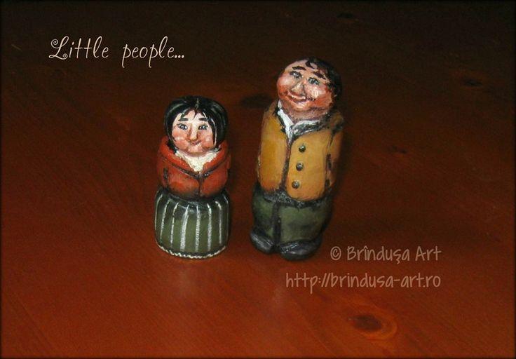 Brîndușa Art Little hobbit and wife, carved out of a shovel handle, and painted in acrylics. Hobbit micuţ cu o micuţă nevastă, ambii sculptaţi din mânerul unei lopeţi şi pictaţi în acrilice.   #hobbit #carved #figurine #acrylics #acrilice #BrindusaArt #woodpainting #picturapelemn