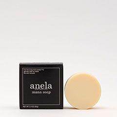 お肌をなめらかに整える成分・AHAグリコール酸を7%使用1人のために作った石鹸が販売数180万個突破 シリーズ累計180万個を突破したanela(アネラ)マナソープシリーズ(2015年5月時点)。マナソープはニキビ・肌荒れで悩んでいた一人の女性のために作った石鹸です。お肌をなめらかに整える成分としてAHAグリコール酸を7%使用し、マナソープによる洗顔で手軽にお肌の表面の古い角質をやさしくピーリングすることができます。グリコール酸はAHA(フルーツ酸)の一種です。フルーツ酸は角層の柔軟効果や除去効果があり、乾燥などでざらついたお肌を滑らかに整えます。また、美肌成分としても知られ、肌にハリを与える働きがあります。ニキビを防いで健やかで美しい肌作りに役立つ成分として多くの化粧品に配合されています。 ピーリング効果をしっかりと実感いただけるよう、長期に渡る研究により独自の技術を開発し、AHAグリコール酸7%使用に成功いたしました。 肌をいたわり、美肌を目指すには毎日の基礎ケアが大切です。…