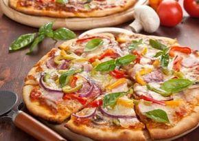 Thunfisch Low Carb Pizza Zutaten für 2 Portionen 200 g Hüttenkäse 1 Dose Thunfisch (im eigenen Saft) 3 EL Käse (gerieben, fettarm) 1 Paprika (grün) 1 rote Zwiebel 2 Eier 2 Frühlingszwiebeln 5 Champignons 250 g Tomaten (passiert) 3 Scheiben Schinken (roh, gekocht) nach Belieben Salz & Pfeffer nach Belieben Oregano (getrocknet) nach Belieben Basilikum (frisch) 2 Strauchtomaten 1 Handvoll Rucola