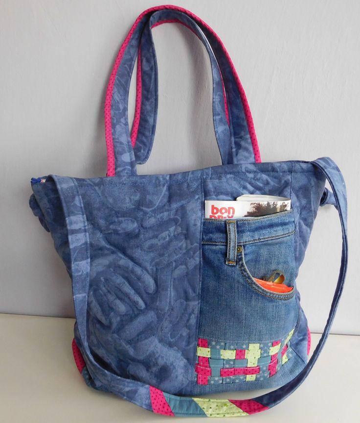 Batika+a+džíny+-+kabelka+Originální+neopakovatelná+kabelka+je+ušitá+z+džínoviny+s+batikou+(otisky+rukou)+a+bavlněných+látek.+Můžete+ji+nosit+v+ruce,+crosbody,+na+rameni,+ale+určitě+vás+bude+zdobit.+Základem+je+třívrstvý+patchwork+-+(+horní+vrstva,+vatelín+a+podšívka+spolu+prošívané),+další+podšívka+má+2+kapsičky+navíc.+Přední+strana+je+zdobená...