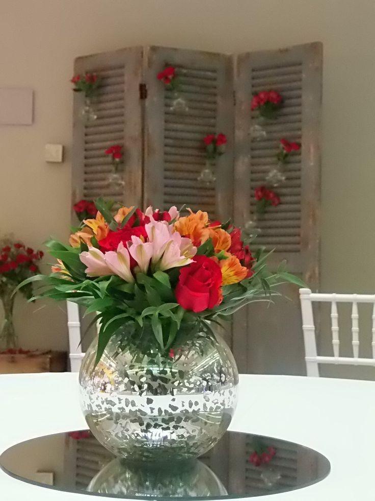 Centro de mesa tonos rojos en pecera de espejo