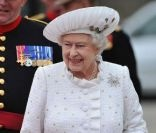 La reine d'Angleterre arrive aux abords de la Tamise pour la grande parade fluviale organisée à l'occasion du deuxième jour de son jubilé de diamant, le dimanche 3 juin 2012.