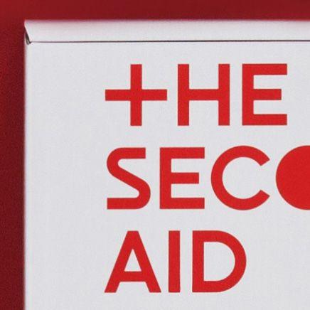 <p>『THE SECOND AID』は仙台市の高進商事と共同開発した防災セットです。 本防災セットには、NOSIGNERが東日本大震災発生から40時間後に立ち上げた災害時に有効な知識を集めて共有するwikiサイト『OLIVE』の取り組みが反映されています。 パッケージは白地に赤の文字で統一し、いざという時に、自分の身を助けてくれる救急箱のイメージでデザインしました。O(日の丸)+ LIVE(生きる)といった意味で「生きろ日本」との願いから、名付けられたwikiサイト「OLIVE」には、身の回りのモノから物資のない被災地で生きるために役立つモノを作るためのアイデアや情報が集まりました。サイトは有志の協力により、英語、中国語、韓国語へと翻訳されており、集合知を利用したデータベースとして、現在も拡張しています。本サイトに集まった情報を再編した書籍が『OLIVE BOOK』です。分かりやすいイラストともに災害時に役立つ情報を一冊にまとめています。この『OLIVE BOOK』をさらに抜粋し、災害時に必要な情報をまとめたA4サイズの冊子が『THE SECOND…