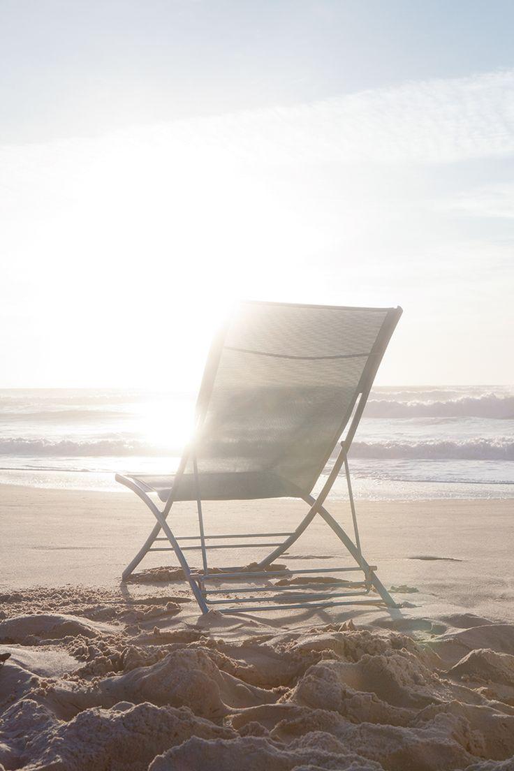 Chilienne bleue turquoise Fermob chaise longue pliante @Fermob #nomade #design #mobilierdejardin #exterieur #outdoor #plage #sea #ocean #vacances #holidays #sun #soleil #instant #detente