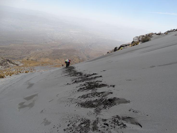 Abstieg vom Vulkan Misti. Das Rutschen durch den Sand macht Spaß.