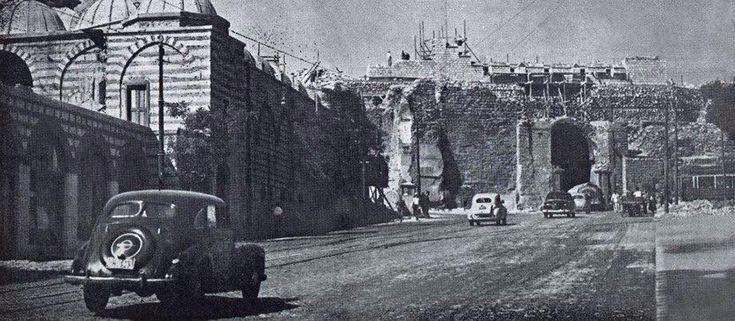 İstanbul sur kapılarından biri olan Edirnekapı'da çekilmiş eski bir fotoğraf