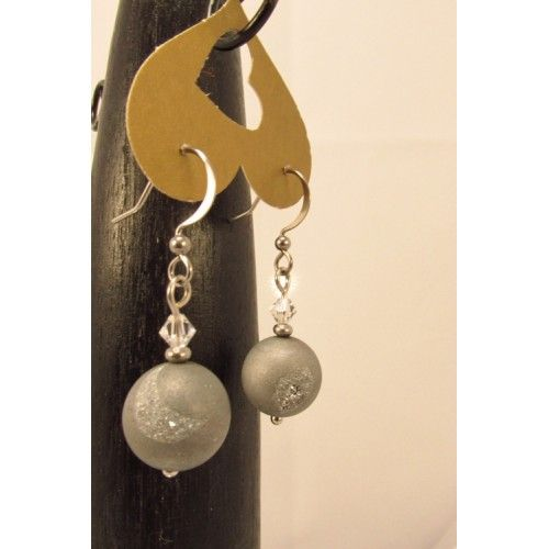 Boucles d'oreilles en billes de quarts druzy gris métalliques, bordées de petits cristaux swarovski claires., pendu à un crochet hypoallergique en acier inoxydable. Bijoux cou de cœur artisanaux fabriqué au Québec.