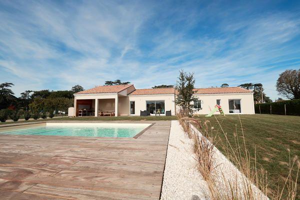Aménagements extérieurs du0027une maison neuve RT2012 terrasse bois avec - maison avec tour carree