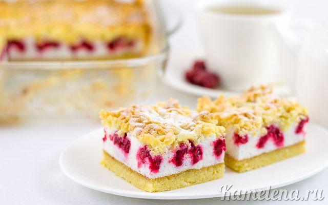 Тертый пирог с меренгой и ягодами