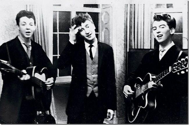Пол Маккартни, Джон Леннон и Джордж Харрисон на свадебном приеме, 1958.   - Paul McCartney, John Lennon and George Harrison at the wedding reception, 1958.