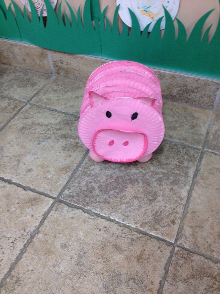 Cochon avec assiette de carton peinturer