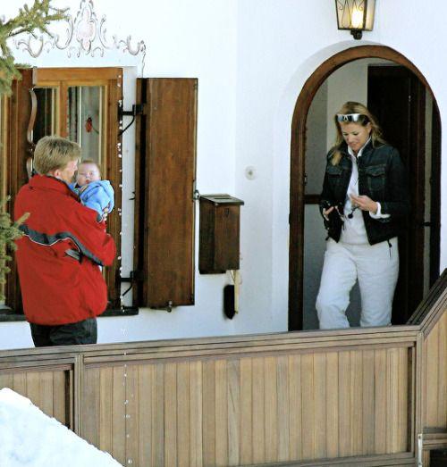 Prins Alexander en Prinses Amalia gaan op weg naar de pers voor het foto uurtje (NL)