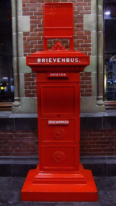 Oude brievenbus, ik kon er bijna niet bij als ik voor mijn vader een brief moest posten.