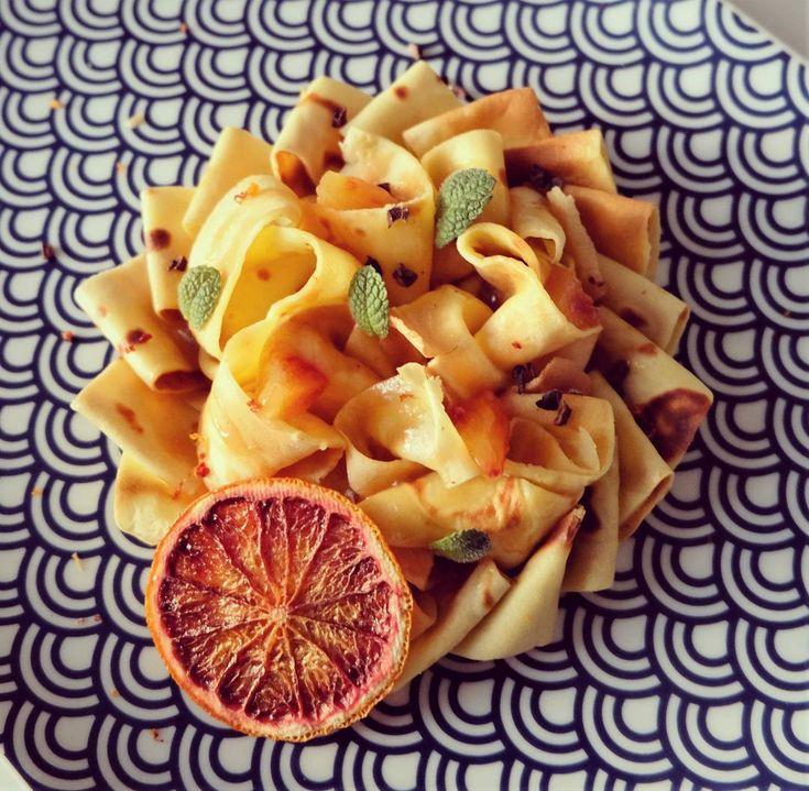 #crêpes #suzette pour la #chendeleur <3 pâte à crêpe au #lait cru de #normandie , sauce suzette à la fleur de #badiane, avec des #oranges sanguines de #sicile #barbera et #beurre d' #isigny + chips d'orange sanguine (une couleur juste magnifique) et quelques éclats de #grué de #cacao @valrhonafrance  #Instafood #food #foodpics #homefood #instaphoto #artdelatable #Pastry #pâtisserie #yummy #Gourmandetcurieux #菓子 #クレープ #オレンジ #ノルマンディ