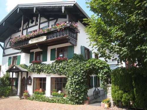 Pension Schihütte Oberstaufen Located by the Allgäu Alps in Oberstaufen, this accommodation features a sun terrace, ski storage facilities, and homelike rooms decorated in a ski-lodge style. Oberstaufen Train Station is 500 metres away.