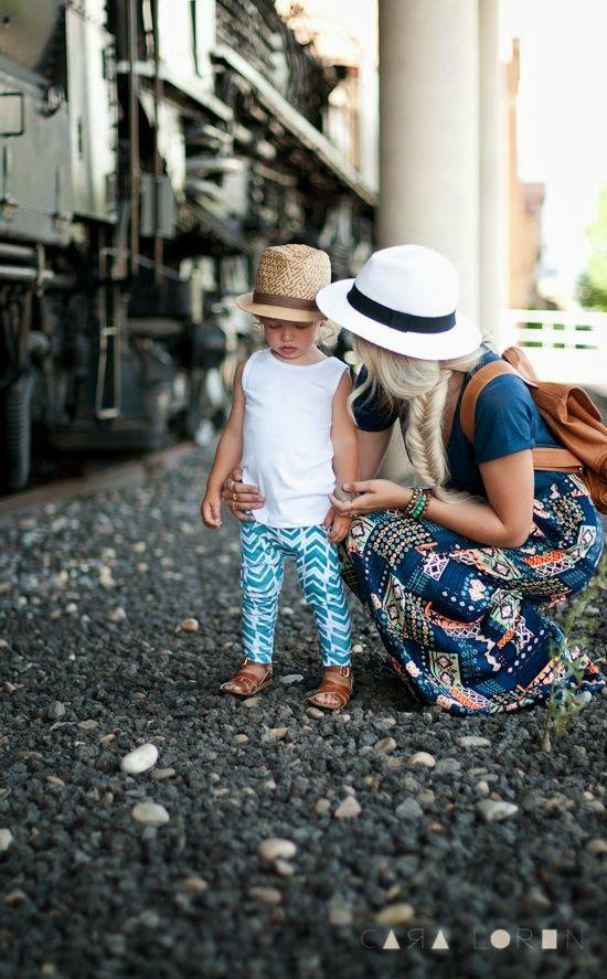 Cute Girls Outfits: witte mouwloze top, skinny broek met print, cognac sandalen, hoed