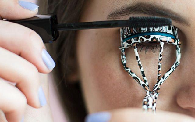Courbez vos cils avec un recourbe-cils tout en appliquant en même temps le mascara pour les galber encore plus. Si vos cils sont droits, utilisez votre recourbe-cils dès la racine.  Pendant que vous maintenez le recourbe-cils, appliquez une première couche de mascara. L'effet « waouh » sera décuplé.