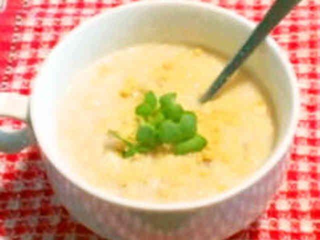 """ズボラ流♥オートミール de リゾット    材料 (1人分) オートミール(大オーツ麦) 30g カップスープ 1パック パルメザンチーズorとろけるスライス 少々 コーヒーフレッシュ 2個 熱湯 150㏄~180㏄ ■ お好みで バター 2g かいわれ大根 少々 タバスコ 少々  作り方 1 写真 オートミールとカップスープをマグカップに入れて混ぜ合わせる。 2 熱湯を注ぎダマにならないようにスプーンでよくかき廻す。オーツ麦が柔らかくなるまで暫し待つ。(お好みで+レンジ20秒) 3 コーヒーフレッシュを入れて混ぜ合わせる。粉チーズorスライスチーズをトッピング。お好みの薬味でお召し上がりください コツ・ポイント 3でバターを入れるとコクが出ます。普通のオートミールよりも大オーツ麦の方がプチプチしてリゾット感が出ます。今回はクノールの""""ベーコンとポテト""""を使いました。ポッカのじっくりコトコト""""牡蠣のポタージュ""""や""""クラムチャウダー""""も美味しいですよ。"""