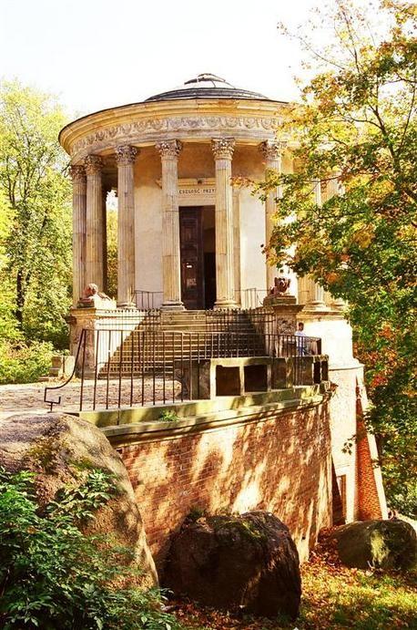 Świątynia Sybilli na Puławach, zgrabne powtórzenie układu tolosu z Tivioli (św. Westy), Piotr Aigner