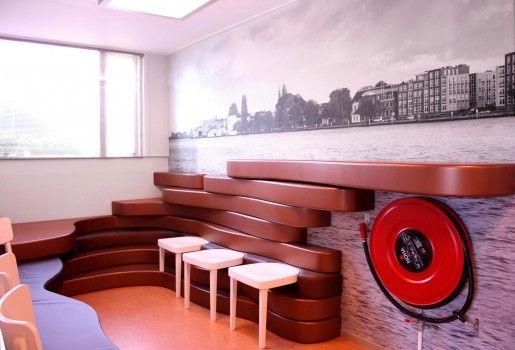 Wandobject met zitjes in huisartsenpraktijk Dordrecht | Gerealiseerd in samenwerking met Marijn de Kok