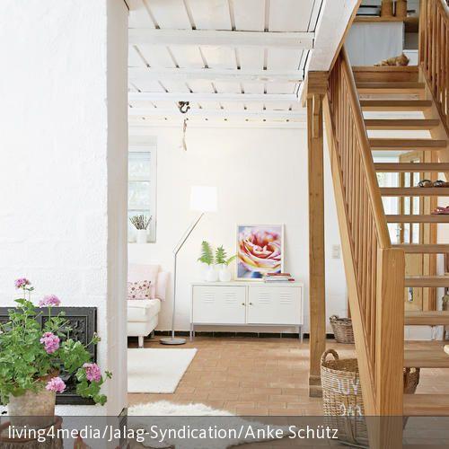 Dieser natürliche Treppenaufgang wurde größtenteils aus Holz gefertigt. Dekoelemente wie der Baumstumpf und die Gartenzwerge sind besondere Hingucker. Der  …