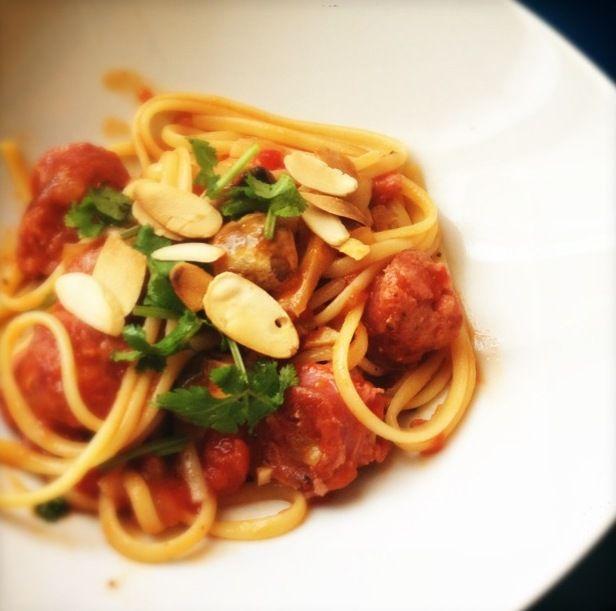 les bons vivants: receita - linguini com salsichas frescas, molho de tomate e coentros