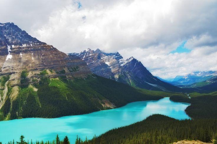 カナダのロッキー山脈に位置するバンフ国立公園内にあるペイトー湖