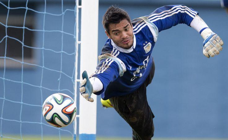 Sergio Romero jugó en el partido.  Él es el guardameta en el equipo de fútbol de Argentina.  El jersey de Sergio Romero es número veinte.