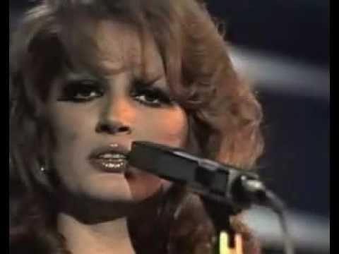 una gran interpretación de Mina de la canción de Lucio Battisti, impresionante la manera en que Mina transmite en todas sus interpretaciones, una gran voz, u...