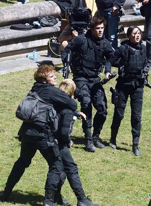 Sam Claflin, Josh Hutcherson, Laim Hemsworth and Jennifer Lawrence film an intense Hijacked Peeta scene on the set of Mockingjay. May 20th, 2014 (?).