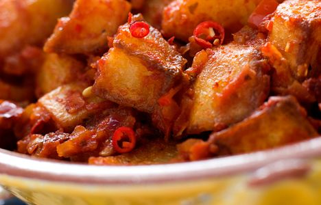 Patatas Bravas - Patatas Bravas is usually served as Spanish tapas, but it's also perfect as an appetizer before a light dinner or lunch. #recipes