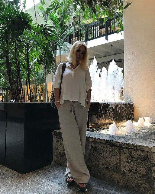 Лера Кудрявцева отдыхает в Майами. Вот уже неделю телеведущая загорает и гуляет вдоль Атлантического океана, не забывая при этом делать фотографии для поклонников. Один из новых снимков особенно понравился интернет-пользователям: на нем блондинка позирует в ярком бикини.