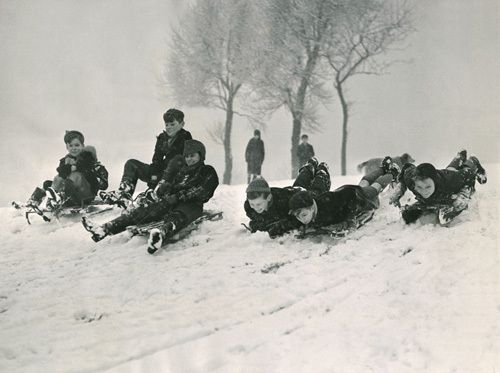 This great photo of children sledging in 1955 is from www.easyart.com