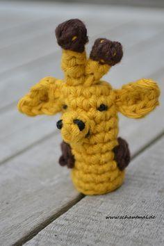 Auch wenn 5 Finger schon besetzt sind und sie versucht hat, sich zu verstecken, geht es heute mit diesem kleinen Giraffen-Fingerpüppchen weiter! Anleitung Fingerpüppchen Giraffe