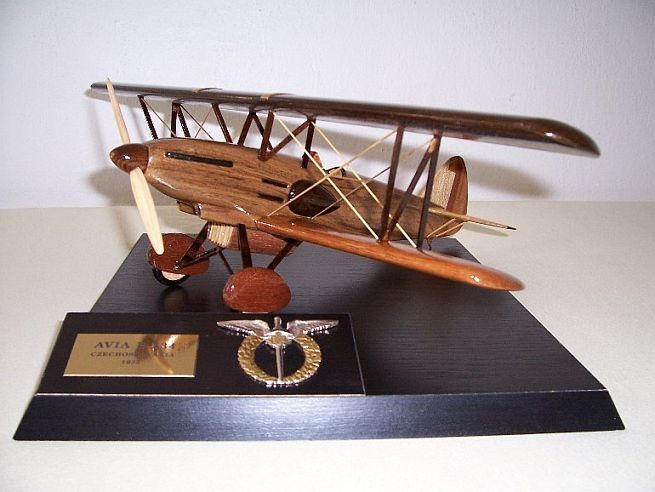 Model letadla ze dřeva ve vzletové poloze včetně stojánku s věnováním.  AVIA-B-534-dvouplošník