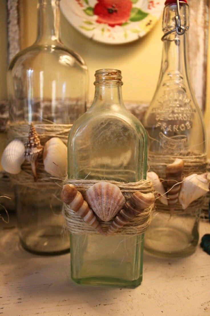 Reutiliza todo tipo de frascos o botellas para crear bellas decoraciones con estilo marino. Basta con que reúnas caracoles, conchas, arena ...