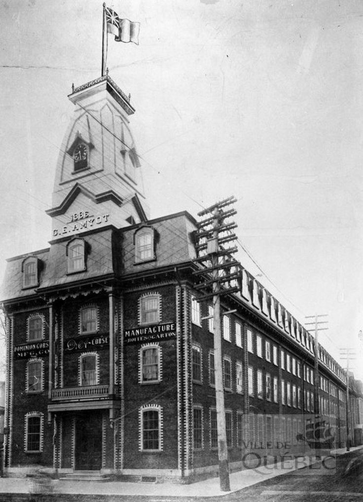 Vue de l'usine Dominion Corset avant les travaux de 1909. Comme le publicise une inscription sur le bâtiment, celui-ci abrite également une fabrique de boites de carton. (Bâtiment de la Compagnie Dominion Corset avant l'incendie de 1911, entre 1898 et 1911, AVQ, Fonds de la Compagnie limitée Dominion Corset, P051-8-N026788)