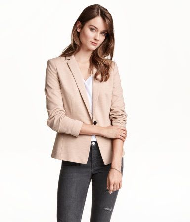 Figure-fit jacket in jersey with welt pockets at the front and a vent at the back. Lined.