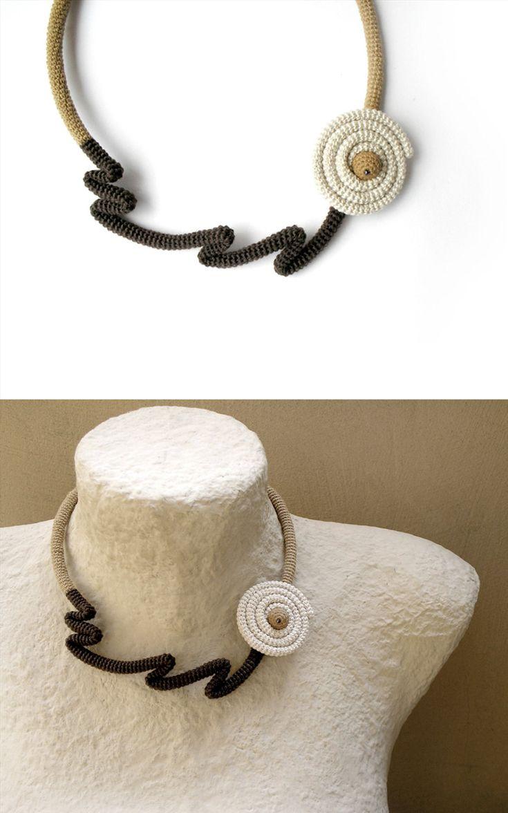 Collana girocollo - pezzo insolito e accattivante, fatta di indennità crochet tubo utilizzando filo di cotone in beige, marrone scuro e panna, avvolto e a forma di fiore. Si chiude con la sfera di uncinetto alla fine entrare presso il foro del fiore. Misure: misure di circonferenza intorno al collo 17.7(45cm) il giro di floreale è 1.6(4cm) di diametro Altri articoli nel mio negozio che potete vedere qui: http://www.etsy.com/shop/vanessahandmade Prima di procedere con un...