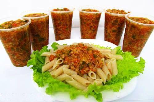 Одна моя знакомая работает в итальянском ресторане.  Однажды она призналась, что посетителям ресторана почти никогда не подают свежие, только что приготовленные соусы.  Например, соус Болоньезе готов…