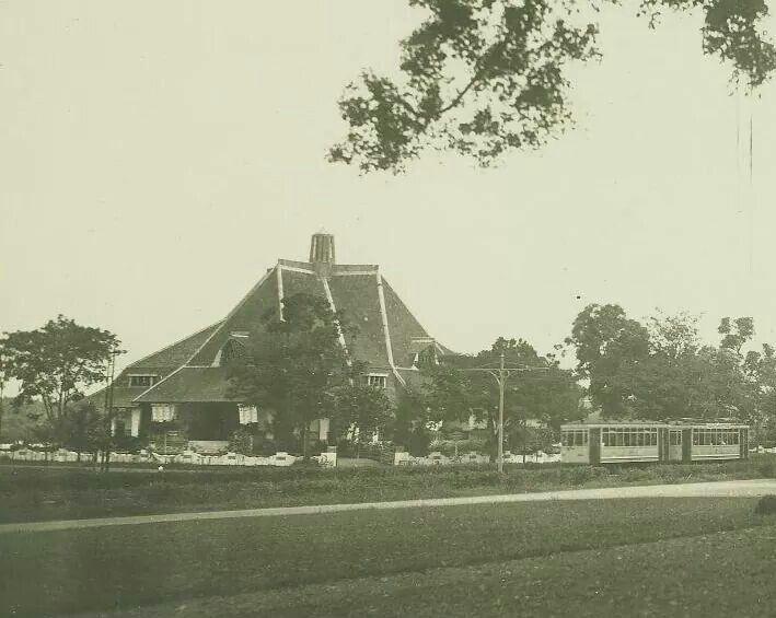 Tram melintas di ujung selatan jl. Diponogoro dan tampak gedung eks museum mpu tantular Surabaya (gedung perpustaakaan BI)  1930