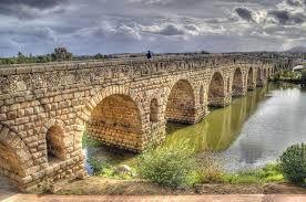 Puentes romanos: Puede tener cualquiera de estas características: arcos romanos o de medio punto pilonas o columnas romanas cimientos romanos pilares romanos calzadas romanas tajamares romanos