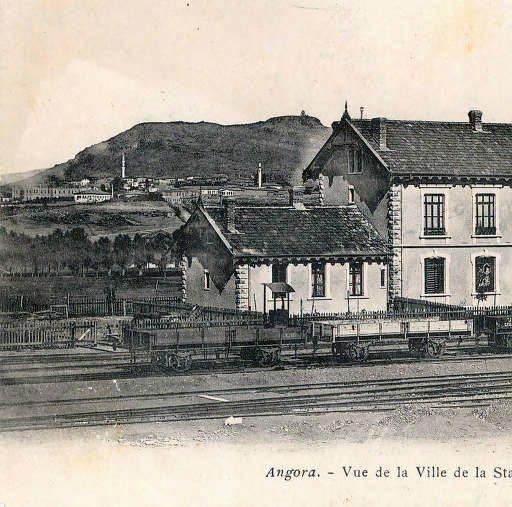 Kartpostalda, eski Ankara İstasyon Direksiyon binası, sol arka tarafında Taşhan ve Hacıbayram bölgesi, sağ tarafta Ankara Kalesi ve eteklerindeki eski Ankara evleri görülmektedir