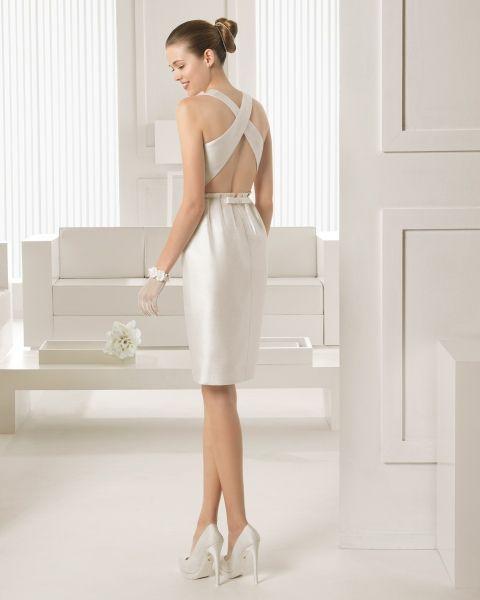 #VestidoDeNovia Traje de seda rústica corto en color marfil. Zapato de salón con plataforma de | HISPABODAS Colección Rosa Clará 2015 #bodas