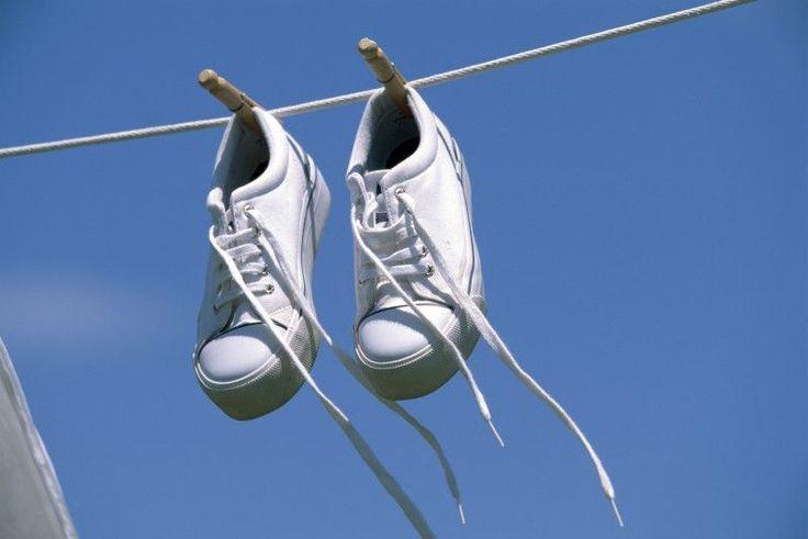 Sono comode, belle e di grande tendenza. Le sneaker restano uno degli accessori più usati e amati di oggi. Ma come si puliscono? E come si tolgono gli