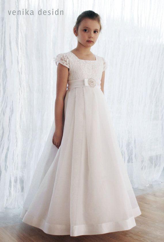 Kommunion Kleid in weiß mit einer schönen Brosche verziert